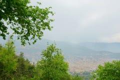 Vista sul mare con la città di Alanya nella priorità alta Fotografia Stock