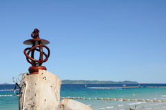 Vista sul mare con la lampada antica Fotografia Stock