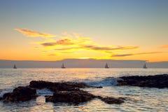 Vista sul mare con le barche di navigazione Fotografie Stock Libere da Diritti