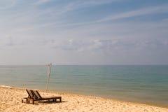 Vista sul mare con le chaise-lounge del sole Fotografia Stock Libera da Diritti