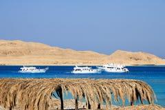 Vista sul mare con le colline e gli yacht giallo sabbia Fotografia Stock Libera da Diritti