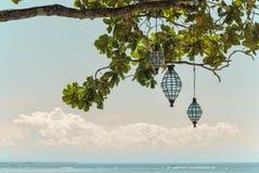 Vista sul mare con le lanterne in albero Fotografia Stock