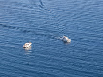 Vista sul mare con le navi passeggeri bianche Immagine Stock