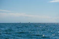 Vista sul mare con le piccole siluette delle navi sull'orizzonte Immagine Stock Libera da Diritti
