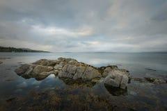 Vista sul mare con le rocce in Broadford Fotografia Stock Libera da Diritti
