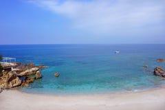 Vista sul mare con le rocce nella priorità alta Fotografie Stock Libere da Diritti