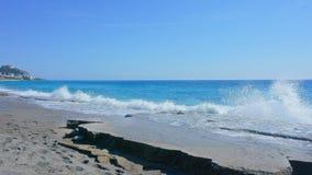 Vista sul mare con le rocce nella priorità alta Immagini Stock Libere da Diritti