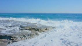 Vista sul mare con le rocce nella priorità alta Fotografia Stock