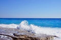 Vista sul mare con le rocce nella priorità alta Fotografia Stock Libera da Diritti