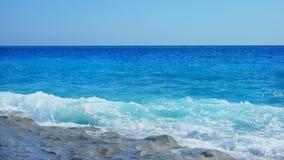 Vista sul mare con le rocce nella priorità alta Immagine Stock