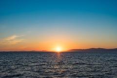 Vista sul mare con le viste di tramonto sopra l'oceano Pacifico fotografie stock
