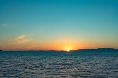Vista sul mare con le viste di tramonto sopra l'oceano Pacifico immagine stock