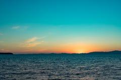 Vista sul mare con le viste di tramonto sopra l'oceano Pacifico fotografia stock