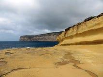 Vista sul mare con roccia dell'isola di Gozo fotografia stock