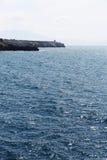 Vista sul mare con un promontorio, giorno soleggiato Immagine Stock
