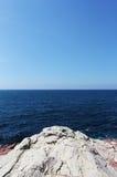 Vista sul mare con un promontorio, giorno soleggiato Fotografia Stock Libera da Diritti