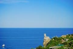 Vista sul mare con una vista del nido famoso del ` s del sorso contro il mare blu fotografia stock libera da diritti