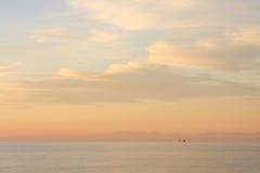 Vista sul mare con una nave da carico - baia di Trieste, vista dell'Italia dalla Slovenia Fotografia Stock
