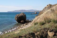 Vista sul mare con una pietra. Fotografie Stock Libere da Diritti