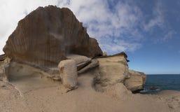 Vista sul mare/costa - rocce e cielo dell'oceano immagine stock libera da diritti