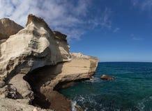 Vista sul mare/costa - rocce e cielo dell'oceano immagine stock