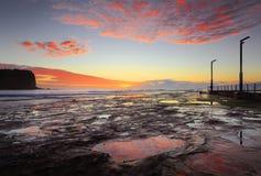 Vista sul mare costiera di Mona Vale ad alba Immagine Stock