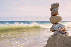 Vista sul mare d'equilibratura delle rocce Immagine Stock Libera da Diritti