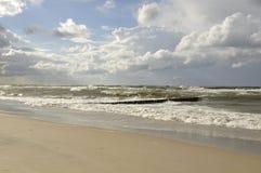Vista sul mare dal lato della spiaggia fotografie stock
