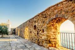 Vista sul mare dalla finestra della fortezza in vecchia città Dulcigno, Montenegro immagine stock
