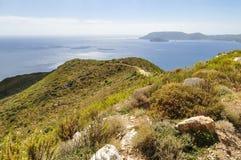 Vista sul mare dalla montagna sul mare blu e sull'orizzonte fotografia stock