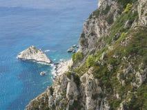 Vista sul mare del blu di turchese con roccia bianca e sulle scogliere dal punto di vista nel castello Angelokastro, estate del m fotografie stock libere da diritti