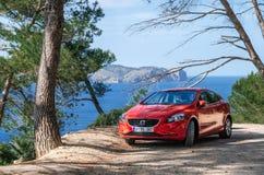 Vista sul mare del mar Mediterraneo con l'automobile rossa Volvo, Mallorca, Spagna Immagini Stock Libere da Diritti