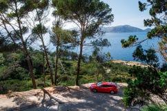 Vista sul mare del mar Mediterraneo con l'automobile rossa Volvo, Mallorca, Spagna Fotografia Stock Libera da Diritti