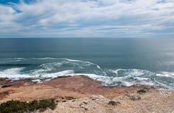 Vista sul mare del turchese al bluff rosso Fotografia Stock Libera da Diritti