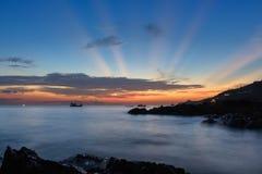 Vista sul mare dell'onda su roccia, esposizione lunga al tramonto sulla spiaggia Fotografia Stock Libera da Diritti