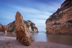 Vista sul mare della baia con una roccia nella priorità alta Immagini Stock