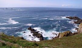 Vista sul mare della linea costiera con la casa chiara Fotografie Stock