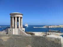Vista sul mare della nave che viene al porto di La Valletta Fotografia Stock Libera da Diritti