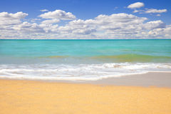 Vista sul mare della spiaggia ad estate Fotografie Stock Libere da Diritti
