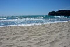 Vista sul mare della spiaggia sabbiosa di Poetto a Cagliari immagine stock libera da diritti