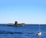 Vista sul mare delle boe e dell'isola della barca Fotografia Stock