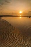 Vista sul mare di alba con il bello modello della spiaggia di sabbia fotografia stock libera da diritti