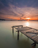 Vista sul mare di alba con il molo di abbandono Fotografia Stock Libera da Diritti