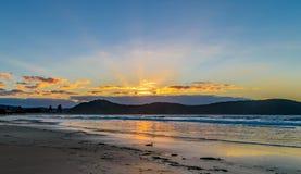 Vista sul mare di alba e raggi crepuscolari Fotografia Stock