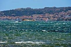 Vista sul mare di Caprera con fare windsurf di due uomini Fotografia Stock Libera da Diritti