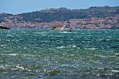 Vista sul mare di Caprera con fare windsurf di due uomini Fotografie Stock Libere da Diritti