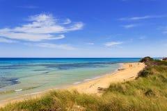 Vista sul mare di estate: La duna regionale Costiere del parco naturale BRINDISI (Puglia) - ITALIA Fotografie Stock Libere da Diritti