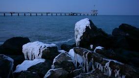 Vista sul mare di Mar Nero di inverno, baia di Burgas, Bulgaria Tramonto blu di ora stock footage