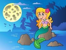 Vista sul mare di notte con la sirena del fumetto Fotografia Stock Libera da Diritti