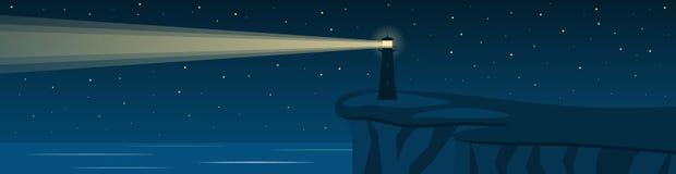 Vista sul mare di notte con un faro su una scogliera Panorama Immagini Stock Libere da Diritti